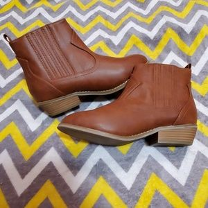 NWOT Universal Thread ankle boots size 7 1/2W